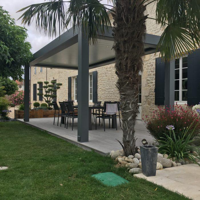 Ombrager sa terrasse en été avec une protection solaire : voile ombrage, store, pergola...